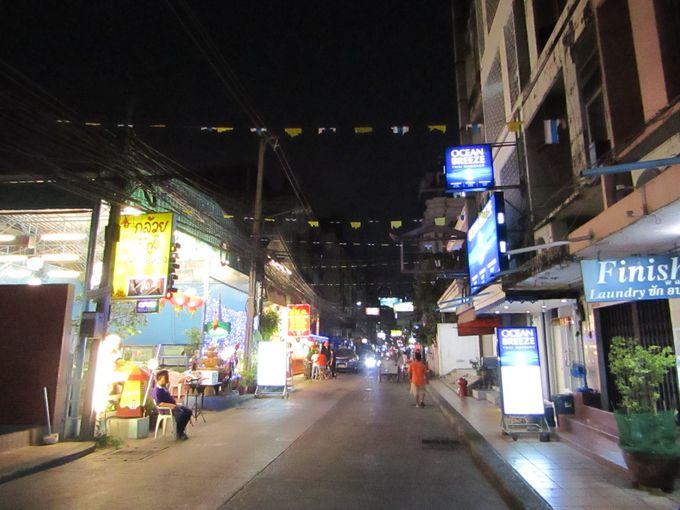 ホテル前の通りは長期滞在に使える施設がいっぱい