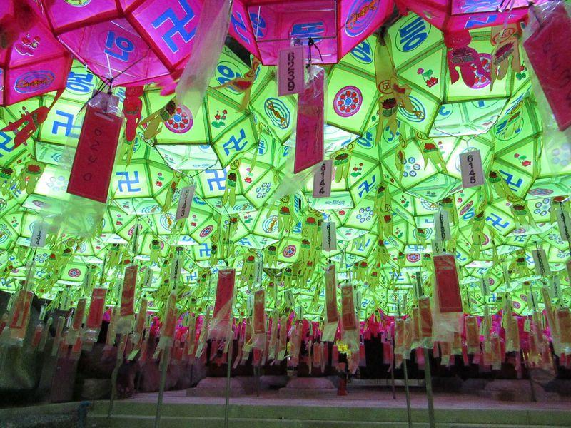 お釈迦様の誕生日を祝う釜山・三光寺の燃灯祭りがド派手で笑える