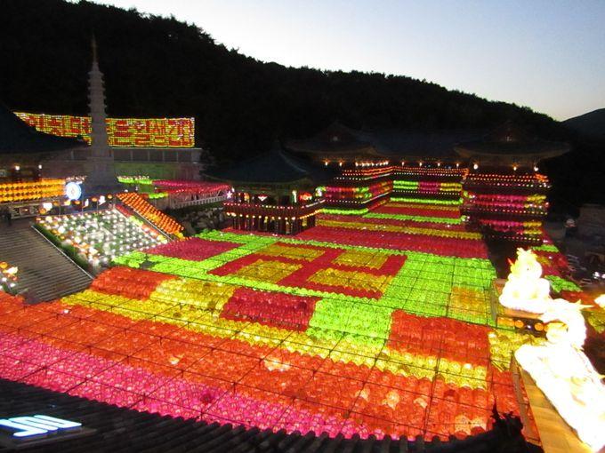 約4万個の提灯が一斉に点灯するさまは圧巻