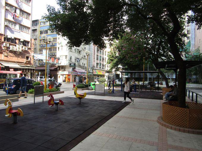 香港のダウンタウンに位置するホテルの前に児童公園?