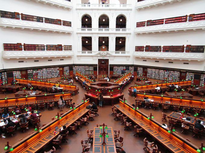 内部は一見の価値あり!「ビクトリア州立図書館」