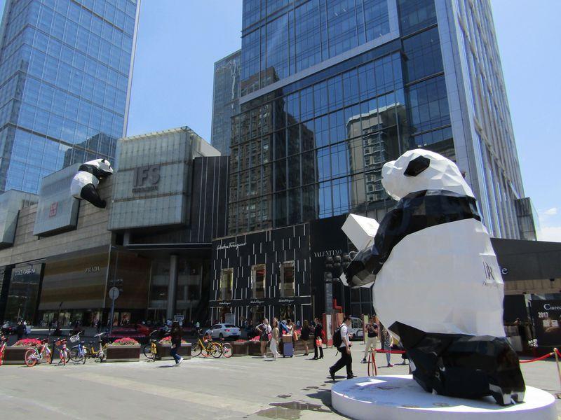 """こんなにいっぱい!中国・成都で見つけた""""人寄せパンダ""""?"""