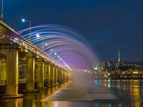 橋から噴き上がる噴水がロマンチック!ソウル「月光虹噴水」