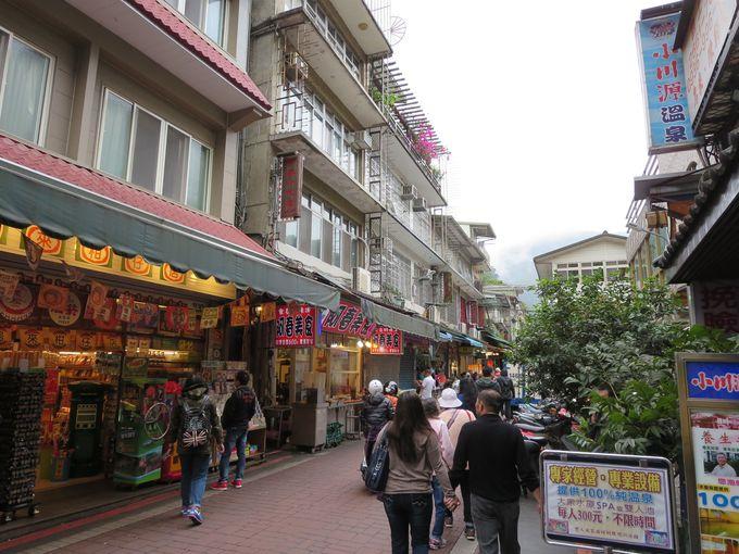 村の中心部を貫くグルメ通り烏来老街