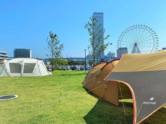 テントの設営体験などアウトドアのデモが楽しめる芝生エリア