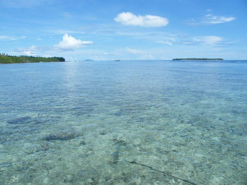 喧騒とは無縁の青い海。インドネシアの「メナド」で遊び、くつろぐ