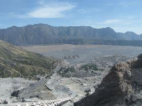 まるで月面!?インドネシア「ブロモ山」の噴煙をあげる巨大クレーター!