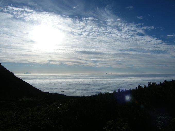 キャンプ地で一泊するから見ることのできる早朝の雲海