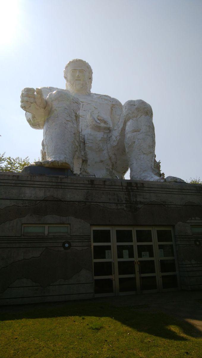 庭園の中に鎮座する巨人「ダイダラボウ」
