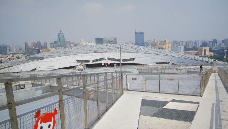 これぞ中国的発想!北京・国家スタジアムの天井を歩く!?