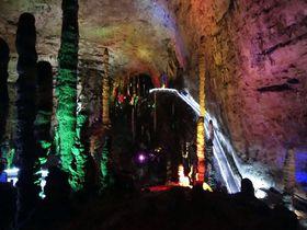 中国・張家界の黄龍洞はド派手にライトアップされた異次元空間