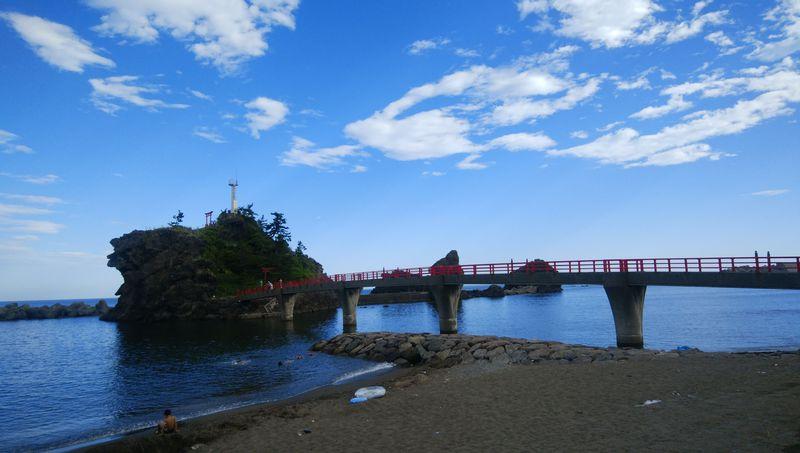 新潟県「弁天岩」は日本海に浮かぶ恋する灯台
