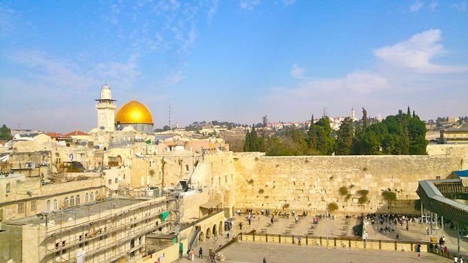 ユダヤ教聖地「嘆きの壁」で祈りを捧げる