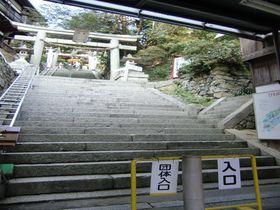 琵琶湖に浮かぶパワースポット、竹生島には「狛犬」ならぬ「狛蛇」が!?