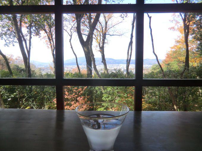 西側のガラス格子窓の向こうに京都市街を一望