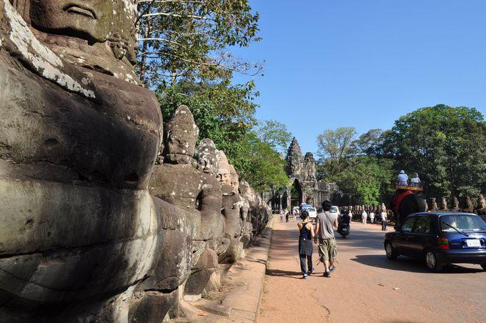最初に目指すのは南大門(なんだいもん)、外壕を渡る際は左右の石像の姿と数に注目!