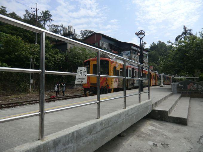 日本ではあり得ない!自由きままに線路内で写真撮影