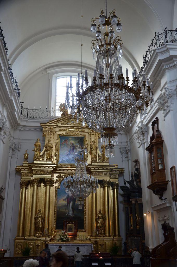 正面には金色に輝く大きな祭壇