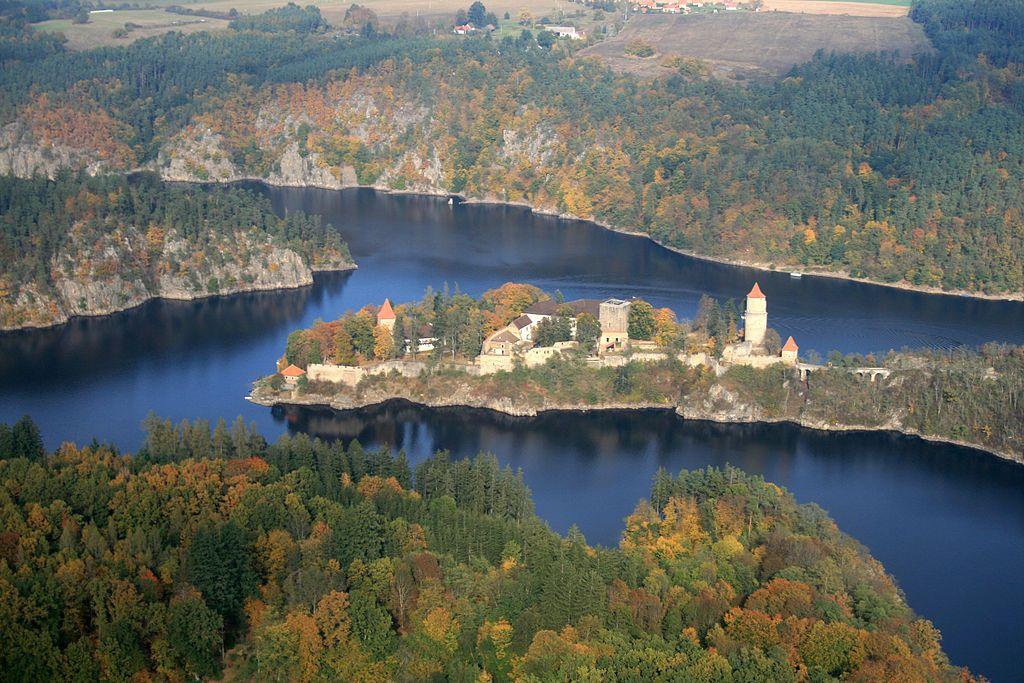 川沿いにそびえる古城たち