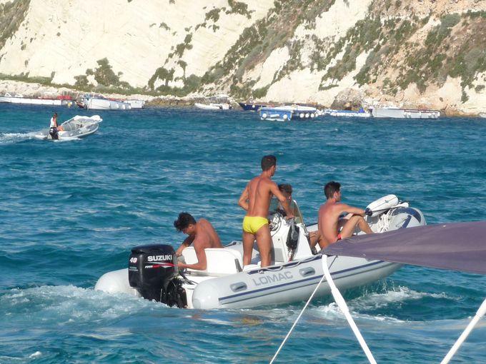 島から島へは、ゴムボートで移動