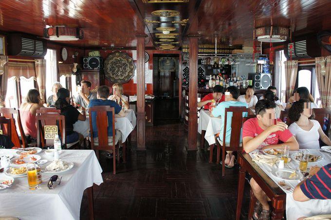 雄大なハロン湾の景色を愛でながら、ベトナムワインと船上ランチに舌鼓