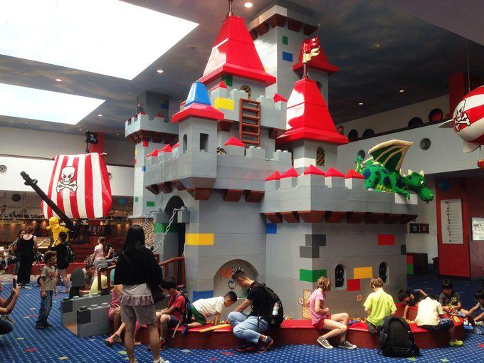 ロビーには巨大なレゴブロックのお城
