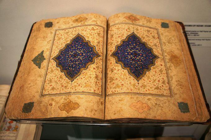 繊細かつ華麗な装飾が施された古書物も必見