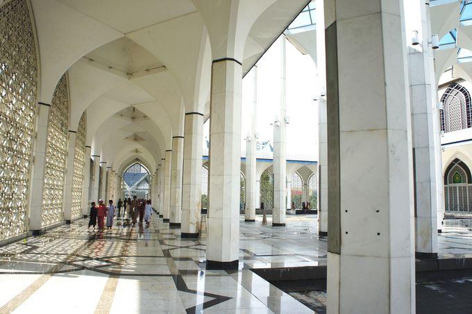 大理石の乳白色がまぶしい広々とした回廊
