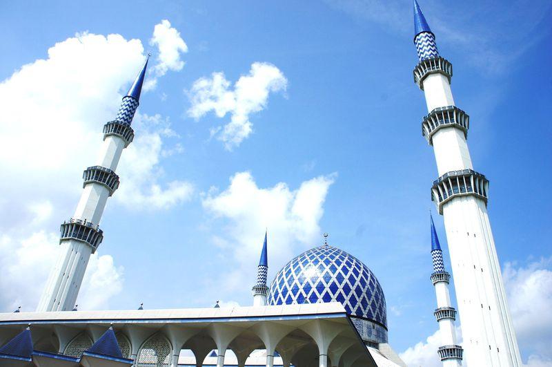 クアラルンプール近郊のブルーモスクの青と白のコントラストが幻想的すぎる!