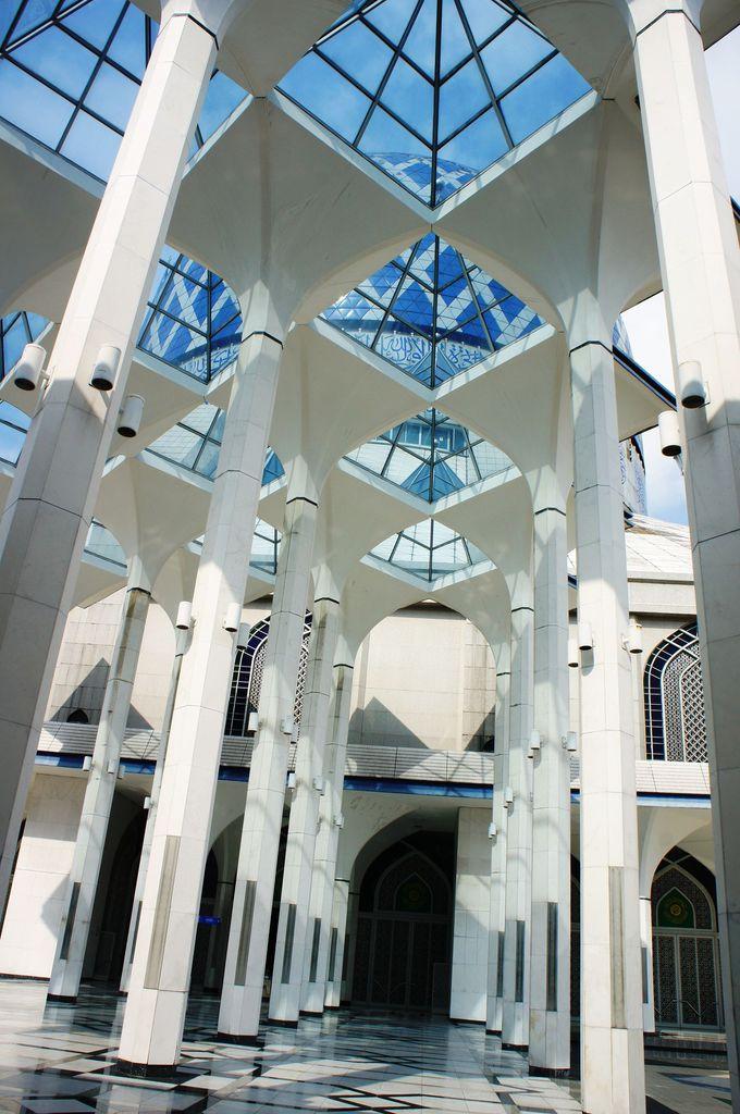透明感ある美しさ!回廊の天井