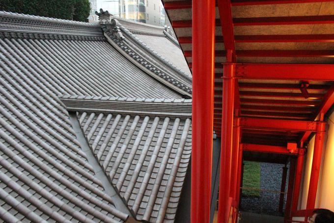 場所は歌舞伎座の屋根瓦を望む5階と4階