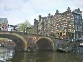 夕暮れがおすすめ!ビール&バーガー片手にアムステルダム運河クルーズ