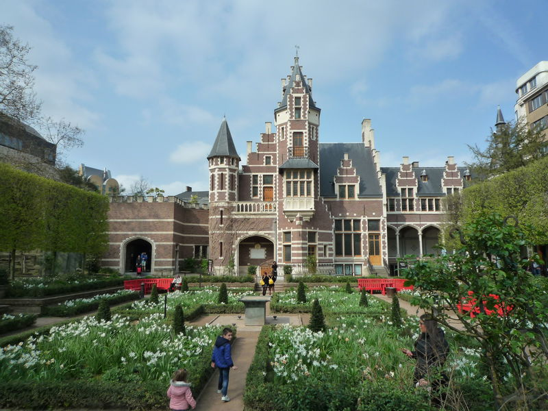 駅近すぎ!ベルギー有数の動物園「アントワープ動物園」