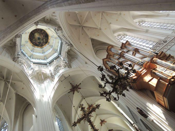 白く明るい教会内が眩しい!!厳かな大聖堂内部とは