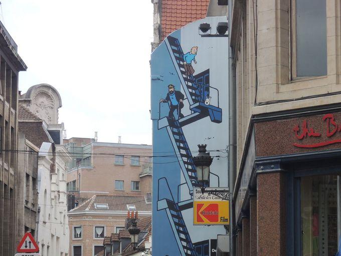 街を歩けばアートな「壁画」に!!こんなところに「タンタン」が!!