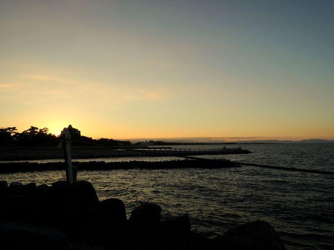 夕暮れ時の散策もオススメ!夕日に染まる海も美しい二見浦