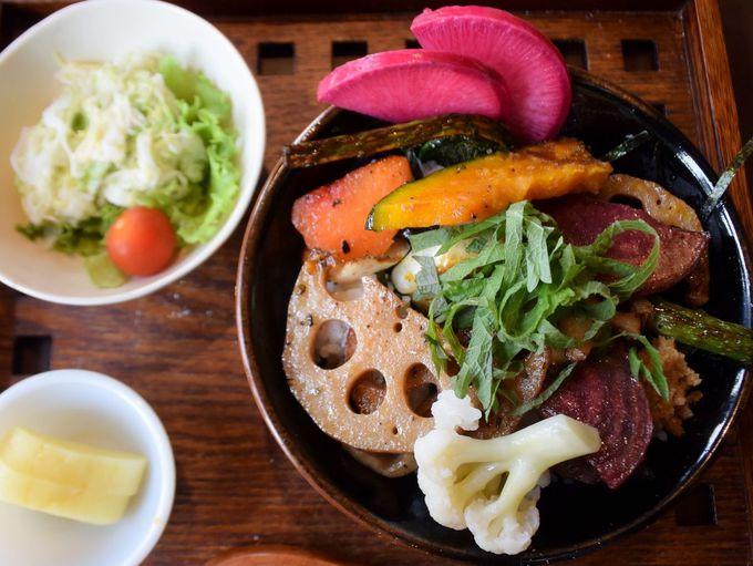 旬の野菜がひしめき合う「十一種野菜丼」 〜wake cafe〜