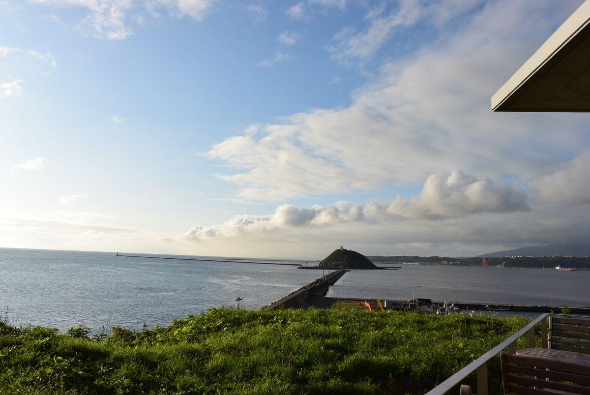 お店正面に見える室蘭港と大黒島