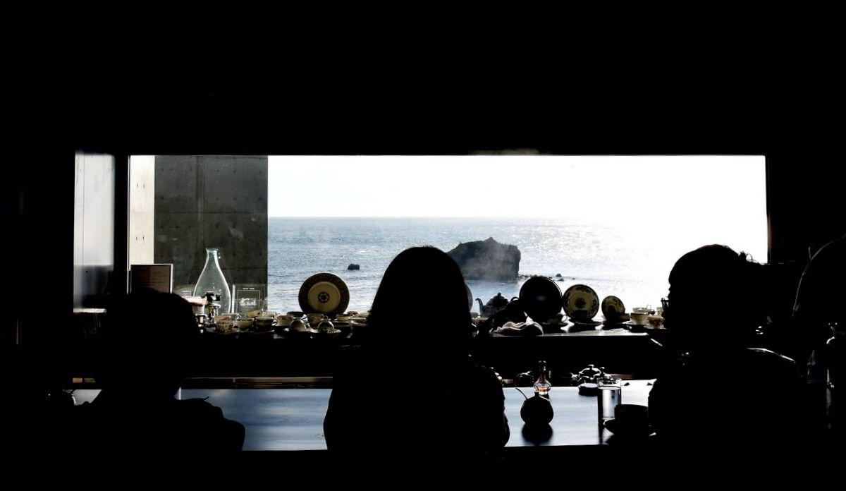 店内から覗く太平洋の大海原