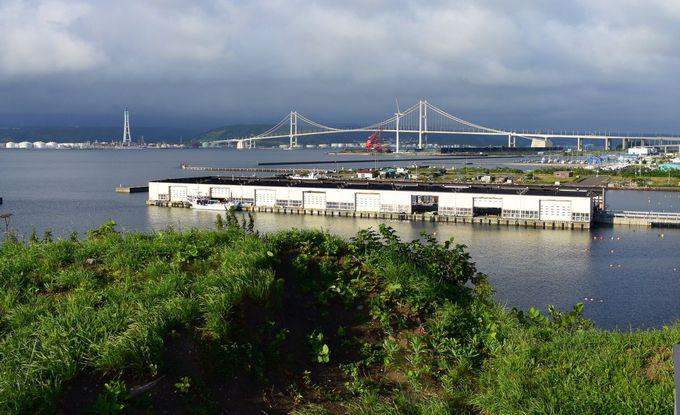 店内から望む白鳥大橋と工場群