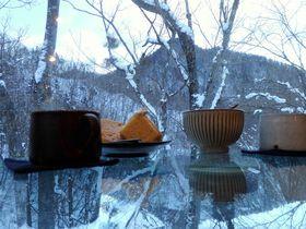 雪景色に浮かぶスイーツ!?北海道・定山渓「カフェ崖の上」の冬絶景って?