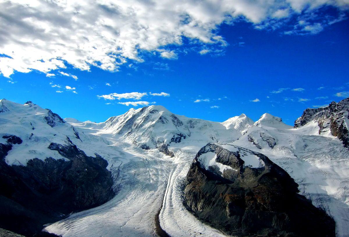 氷河と神々しい山々を展望台から望む!