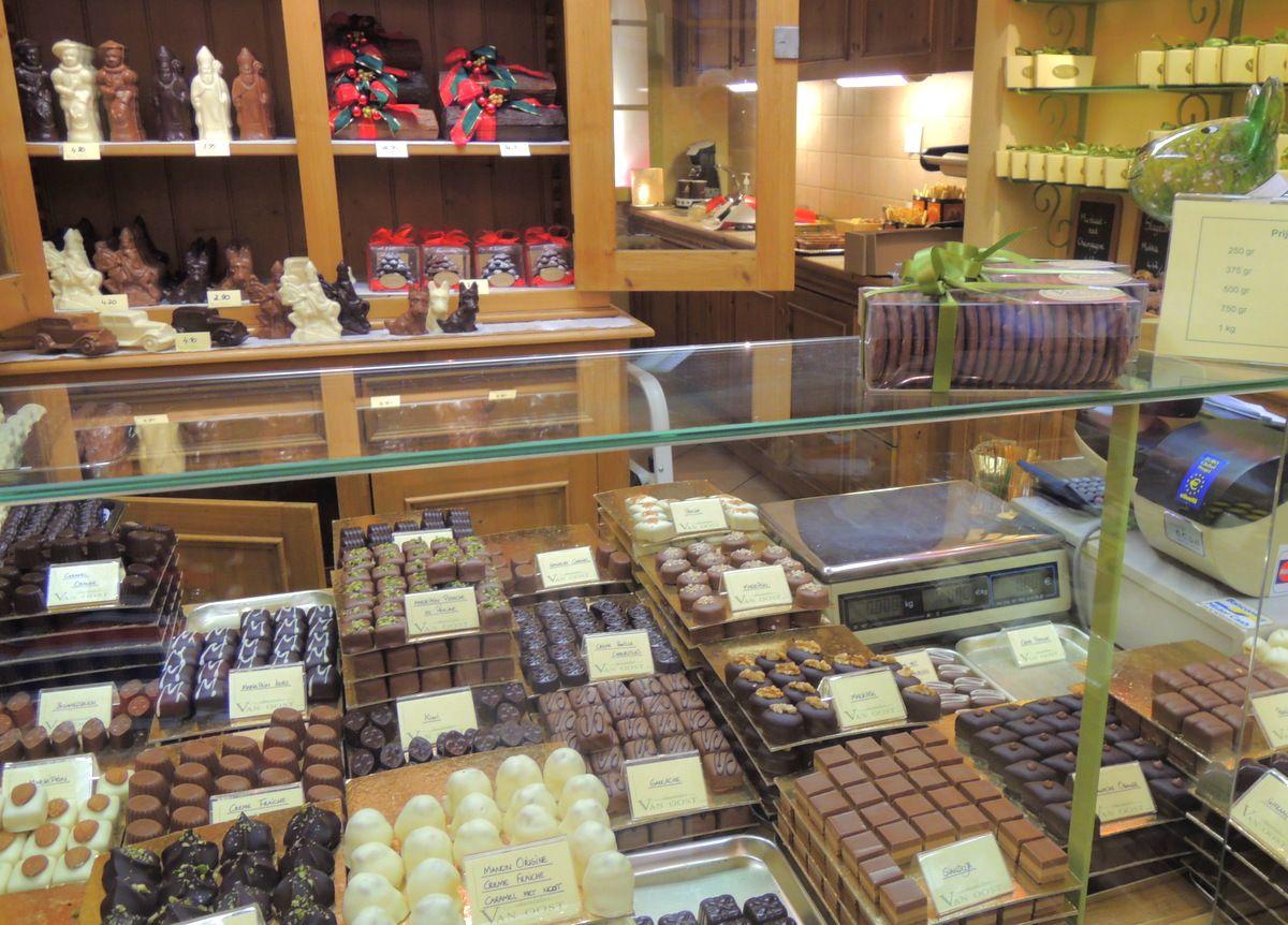 チョコレート店がいっぱい!老舗の手作りチョコを探せ!
