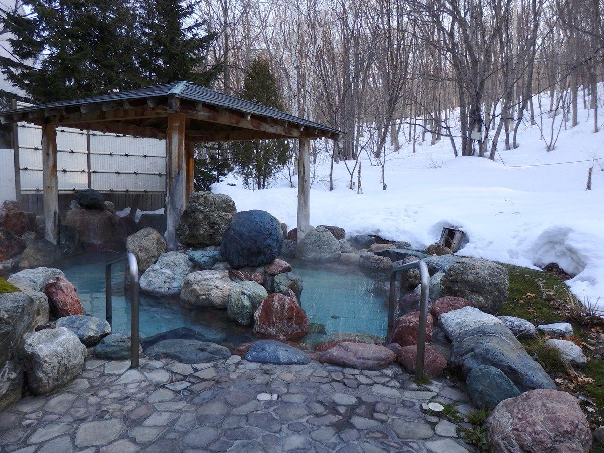 開放的な露天風呂は夏の森林浴・冬の雪見風呂も楽しめる