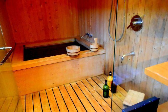使いやすい部屋のシャワーブース&ゆったりした2つの貸切風呂