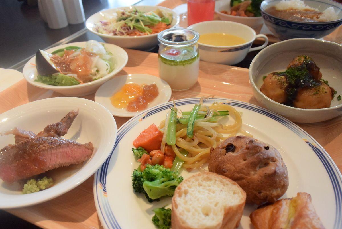 ガッツリ食べたい人には「朝からステーキ」、健康志向の食事を求める人も満足な品揃え