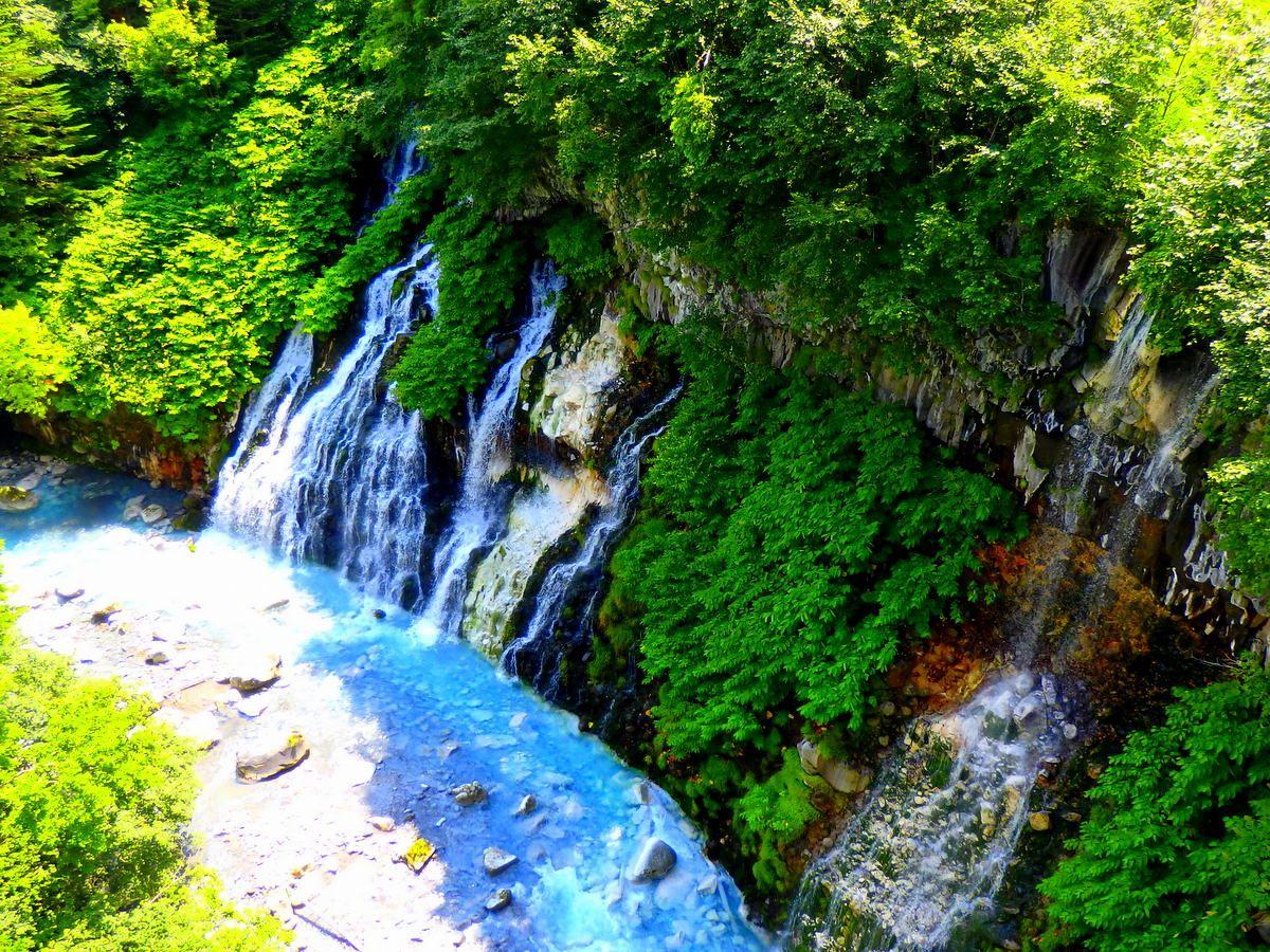 訪問時刻に関わらず青さを感じる「白ひげの滝」