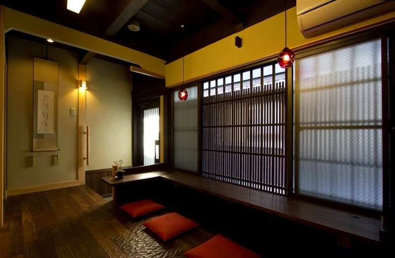 玄関からすぐの窓辺のカウンター室。書斎にも食卓にも使い方は自分次第。