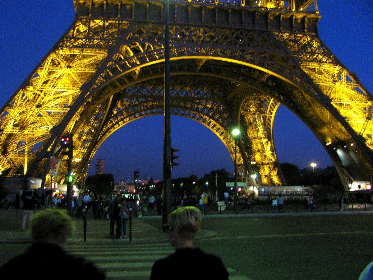 エッフェル塔や凱旋門、ライトアップされる夜景を楽しむ