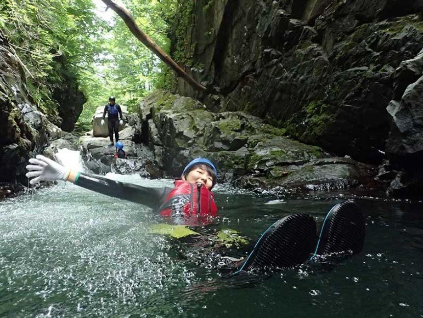 雄大な自然の中で水遊び!「ラフティング」と「ワイルドキャニオニング」